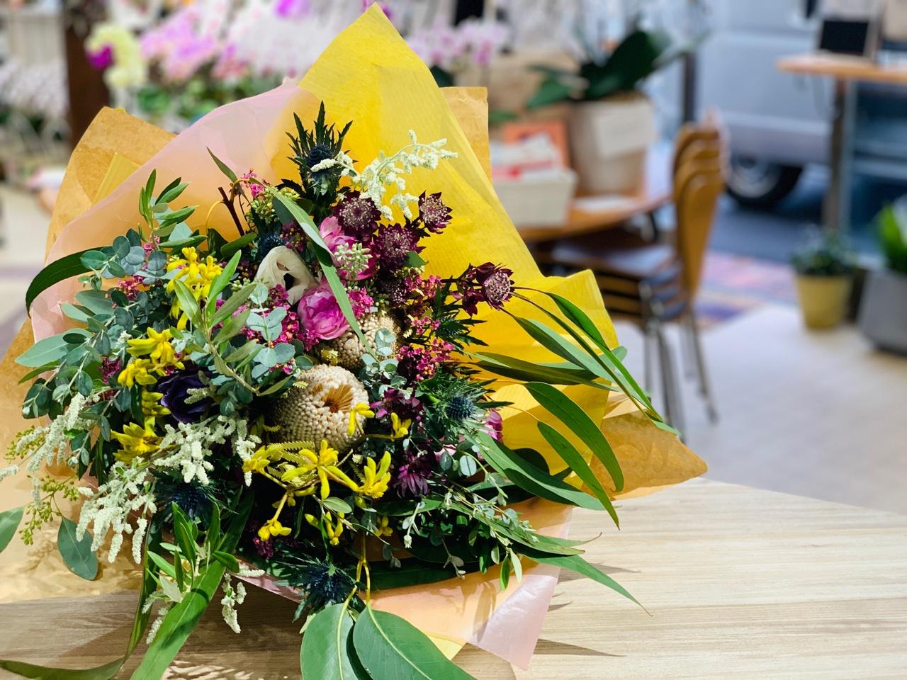 お花好きに贈る花束は個性的な花で