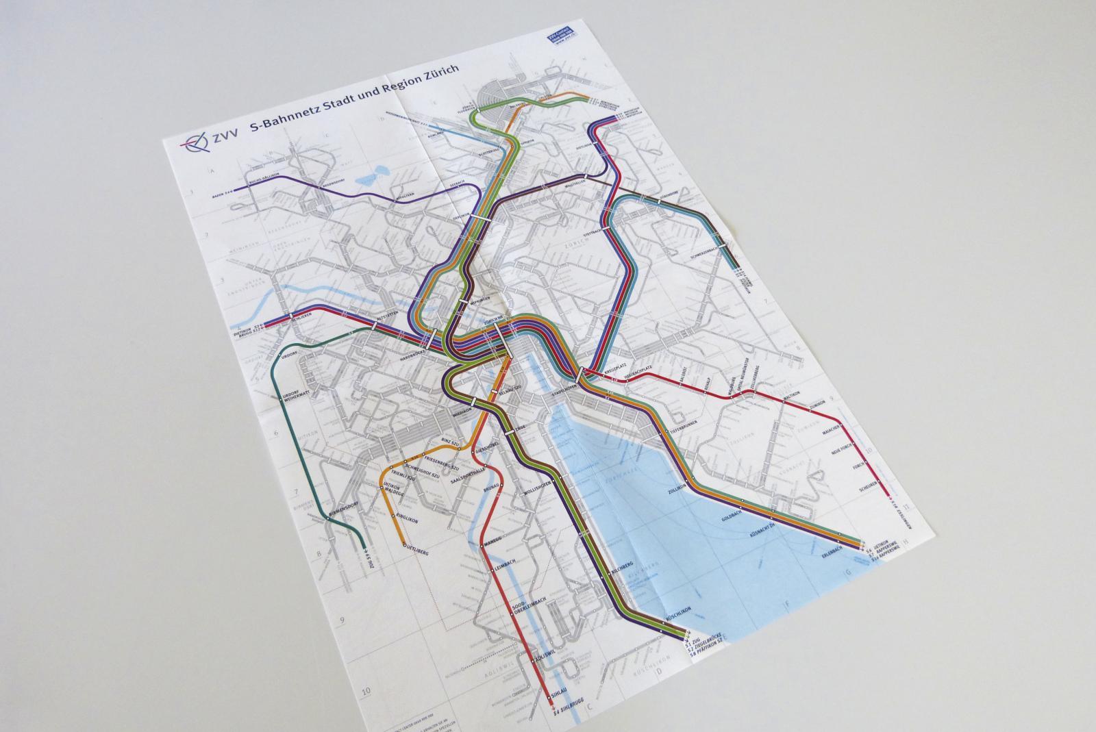 In den ersten Jahren gab es auch einen S-Bahnplan, im Hintergrund den Liniennetzplan einfarbig grau als Orientierungshilfe