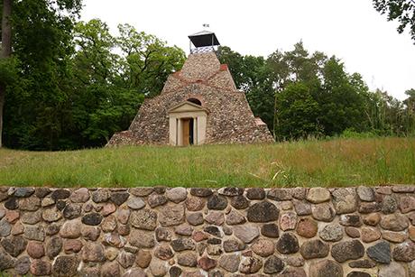 Singende Steine in Rehfelde und eine Pyramide in Garzau