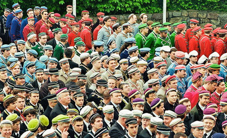 Dieses Bild zeigt die überaus farbenfrohen Trachten anderer Corps bei der jährlichen Weinheim-Tagung.