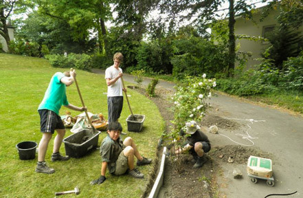 Zweimal im Jahr arbeiten wir auch im Haus und im Garten, um Reparaturen und Verschönerungen in Eigenarbeit durchzuführen.