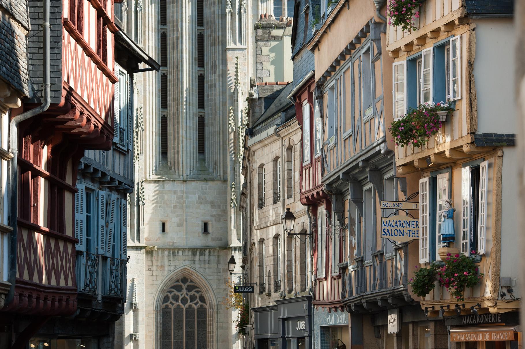 Quimper : la cathédrale St Corentin et la rue kéréon ( © photo Berthier Emmanuel)