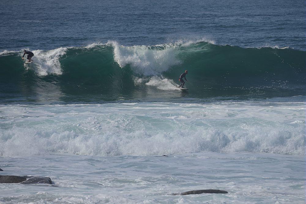 surf sur les vagues à Pors carn en Penmarc'h  (copyright photo Gladu Ronan))