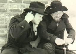 """Omdat Joop in America is wordt """"De wraak van Jack en Mack"""" gemaakt. Welke afgedraaid wordt tijdens de pronkzitting. Hier zien we Joop en Leo wachtend op de knal van het ontploffende gemeentehuis."""