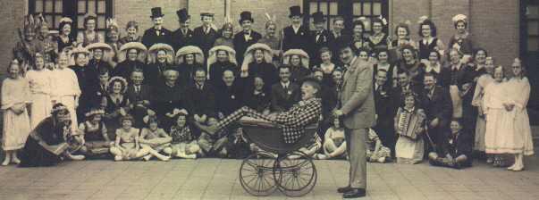 """De allereerste revue met de titel """"Bonjour"""" in 1942. Bij de kinderwagen het duo """"Kees & Koen"""" (Sjef de Smid (van Heerewaarden) en Jan Romeinders)"""