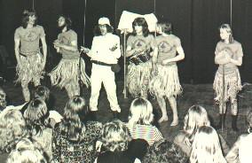 Alie Ben Bountie (Leo Bongers midden) tijdens de voorstelling in de stadsschouwburg in Tilburg in 1971.