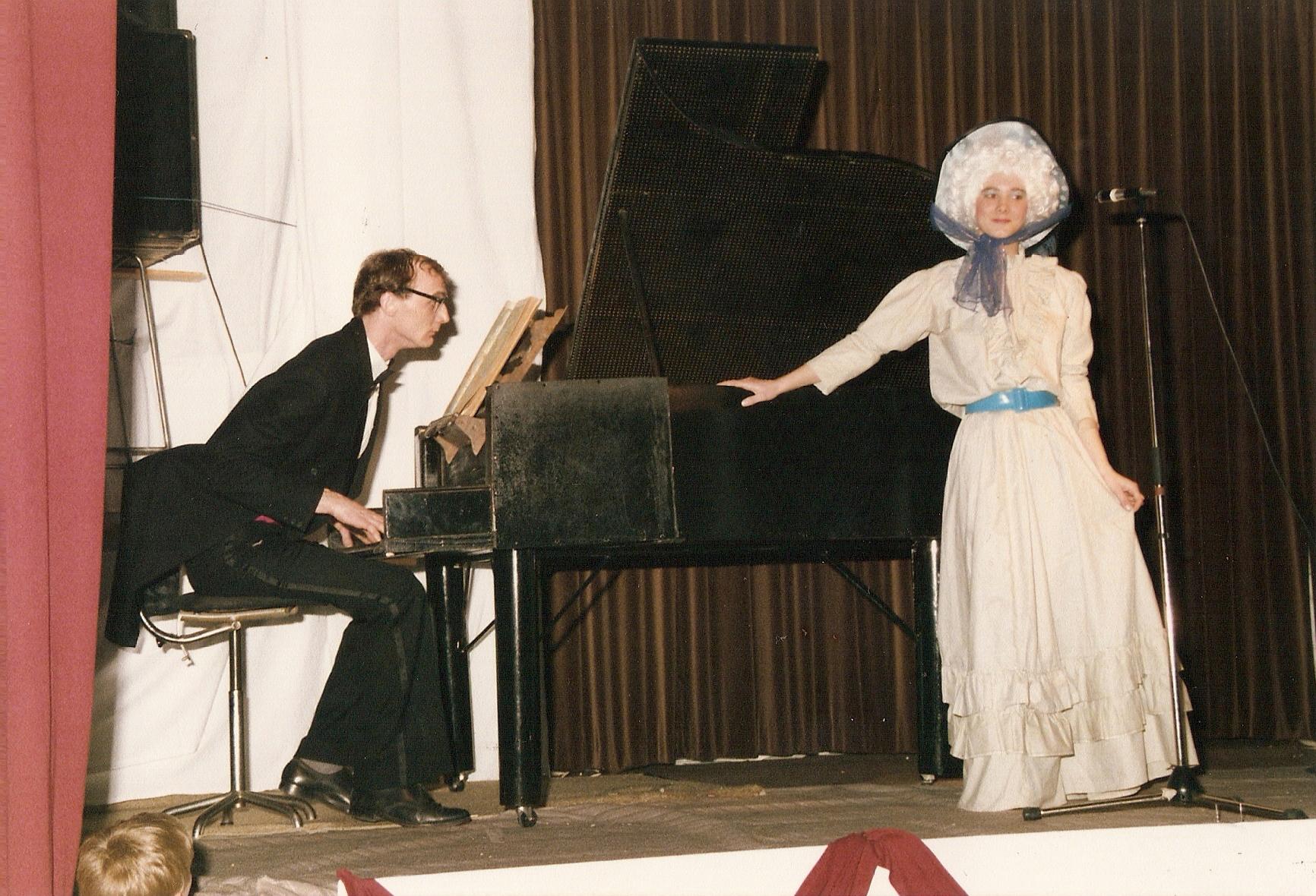 Tijdens deze act werd er gebruikt gemaakt van levende dieren. Wanneer de klep van de piano open ging, vlogen er maar liefs 15 duiven de lucht in.