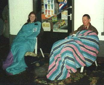 De kaartjes voor de Revu van 1997 waren erg populair! Mensen lagen om 6:30 uur op maandagmorgen al te wachten voor 't Winkeltje aan het Marktplein waar de verkoop van de kaartjes plaats vond.