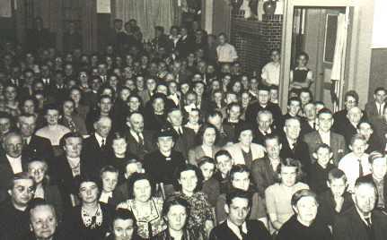 """Tijdens de voorstelling in 1948. Foto gemaakt vanaf het podium in het """"Parochiehuis""""."""