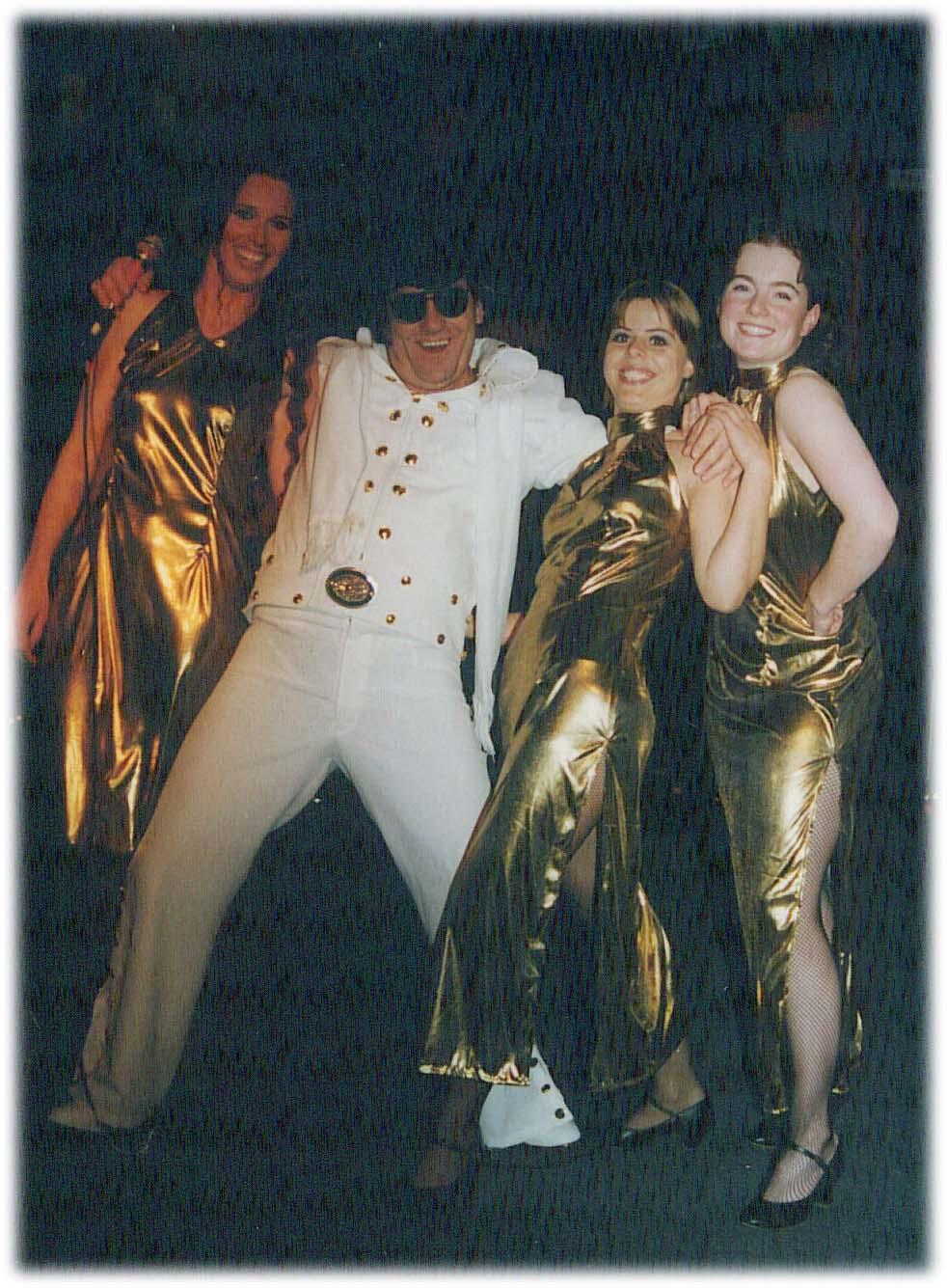 Speciaal voor deze Elvis act schoor Leo zijn snor af.