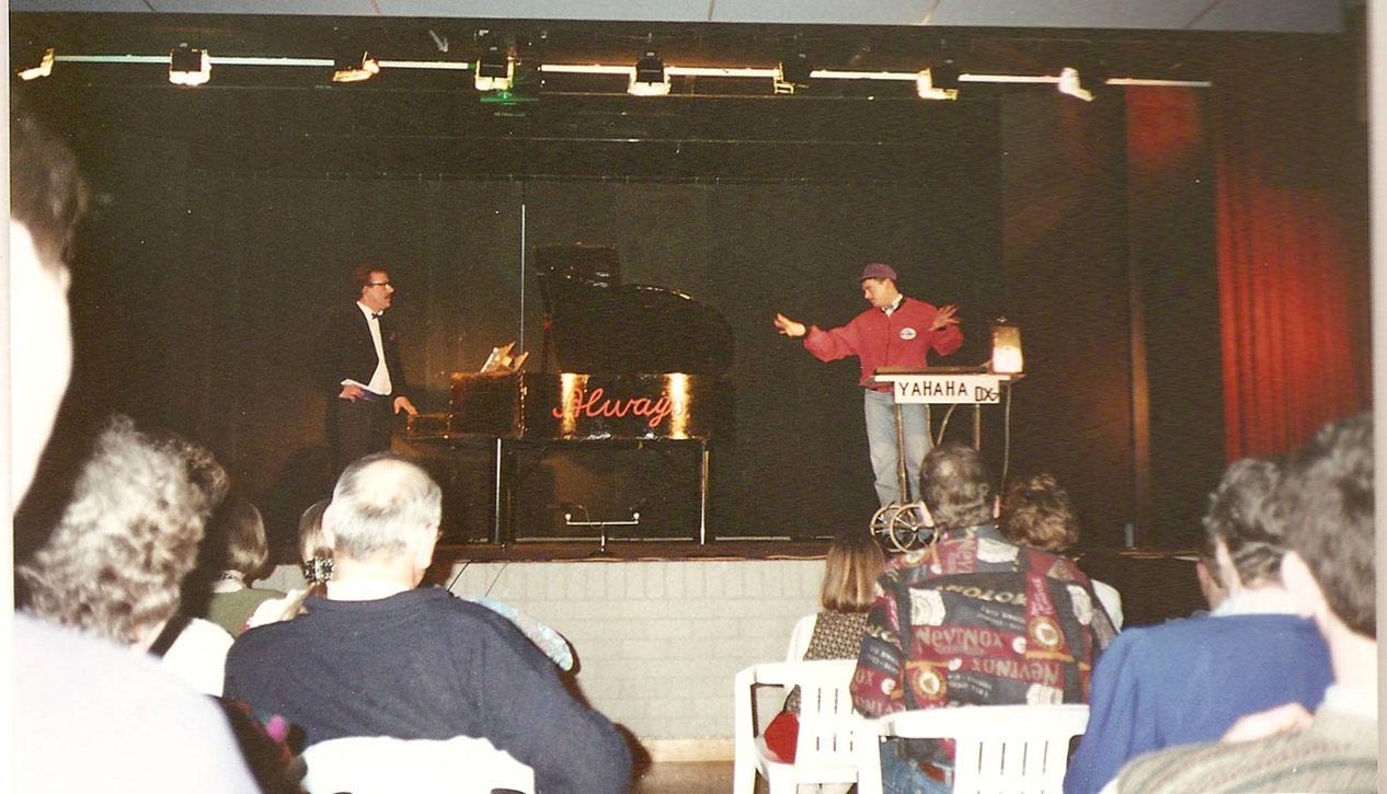 Het stuk De Piano is eerder dit jaar opgevoerd tijdens de Maasland Revue in Oss. Dit zou maar een eenmalig uitstapje zijn. De mentaliteit en de gezelligheid was niet te vergelijken met de Lithse.