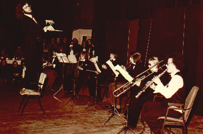 Het Groot Universeel Liths Pilharmonisch Orkest onder leiding van Joop Ebergen tijdens het optreden in Tilburg. Op de eerste stoel een jonge Leo Bongers.