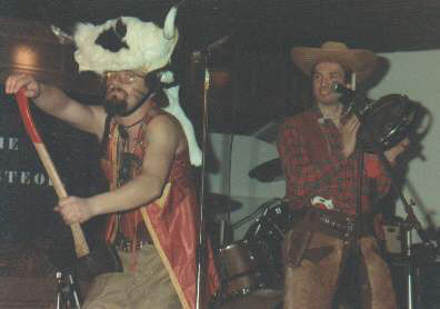 Leo als buffalobill op de achtergrond kijkt Joop toe.