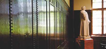 Aufgearbeitete Holzvertäfelung im Luthersaal
