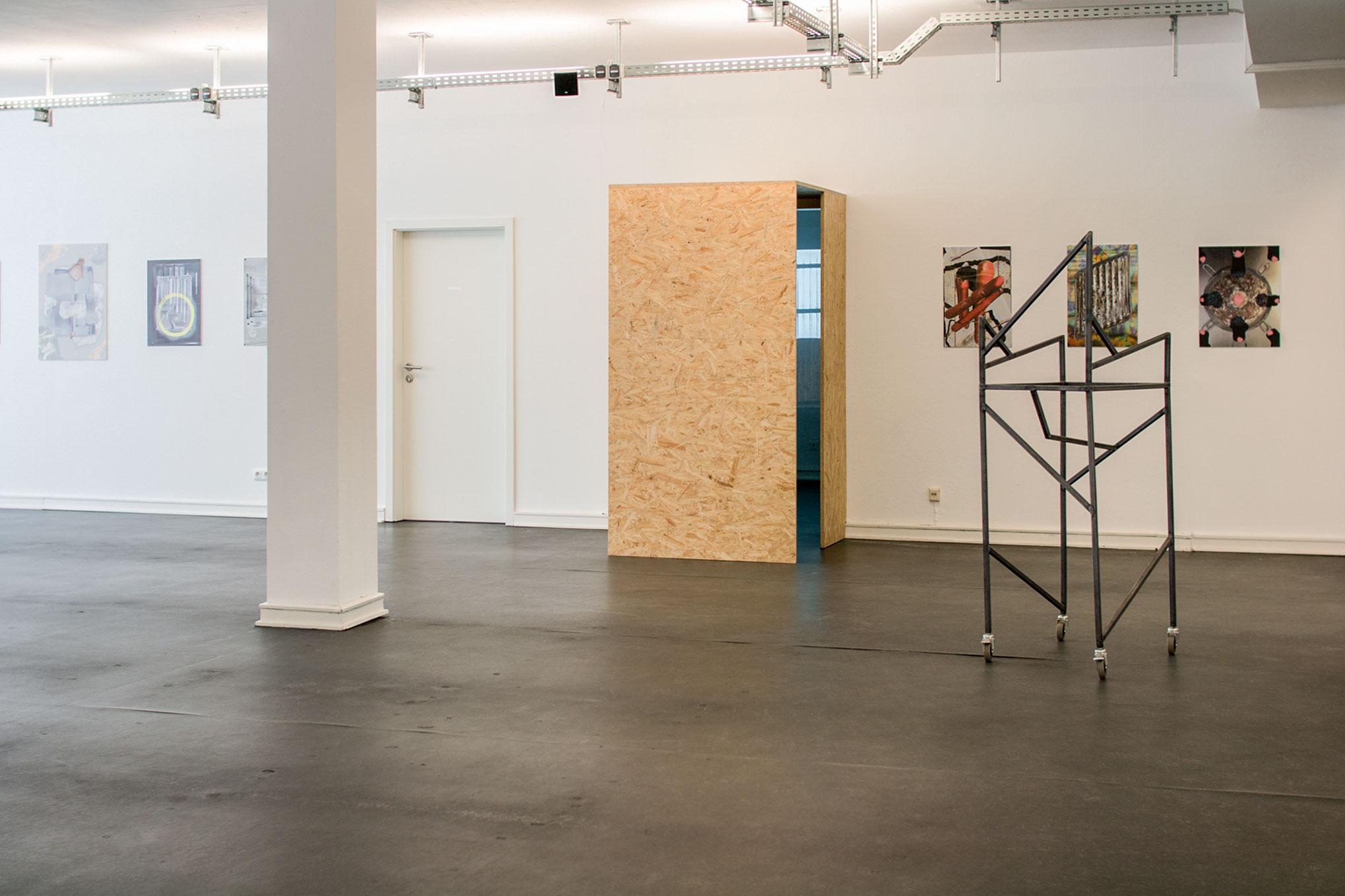 Metallgestell aus der Videoarbeit von Joanna Hinz, Wand: Xenia Kaioglidou