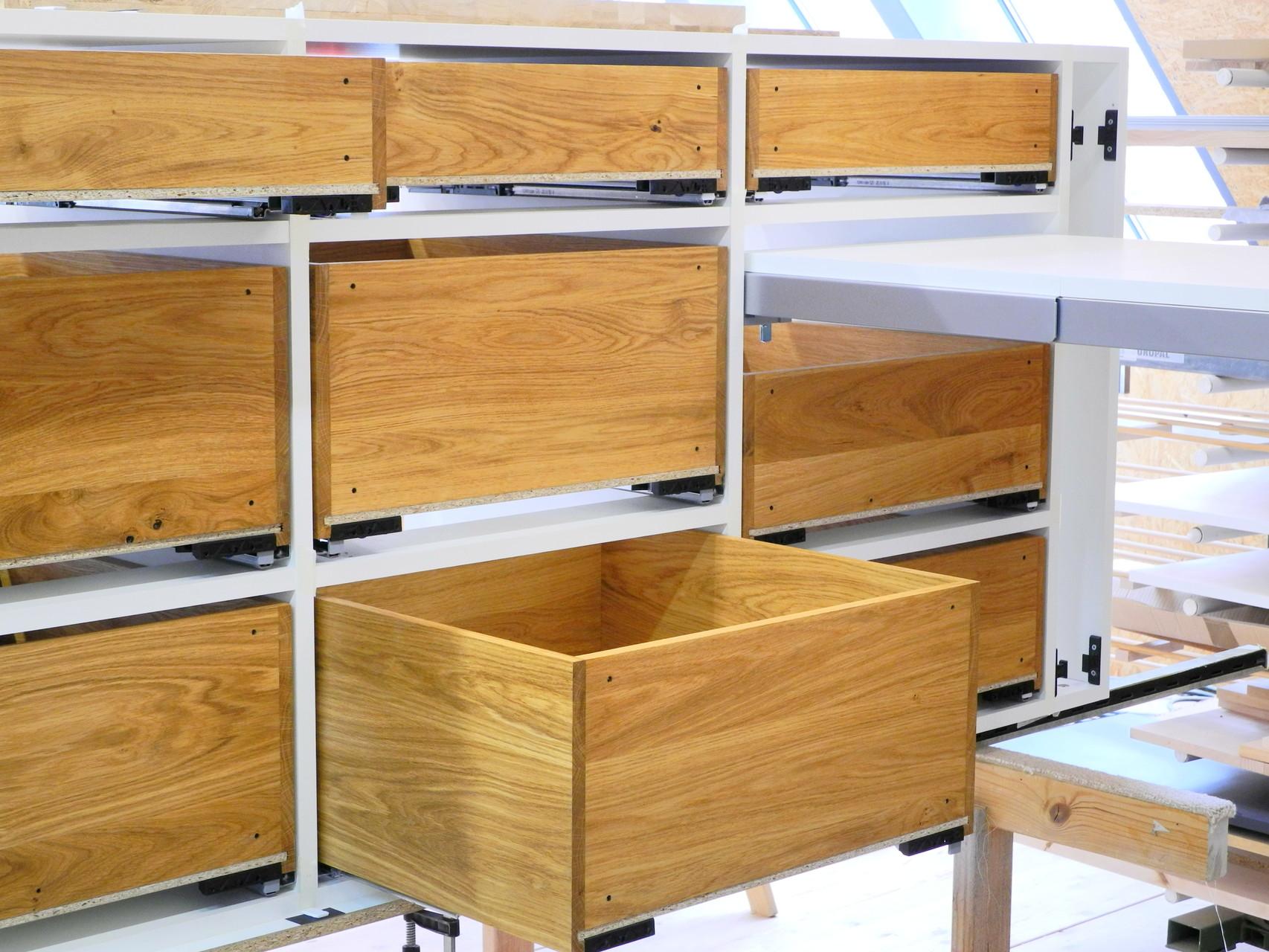 In den Unterschrank auf Vollauszügen eingebaute Massivholzschubladen