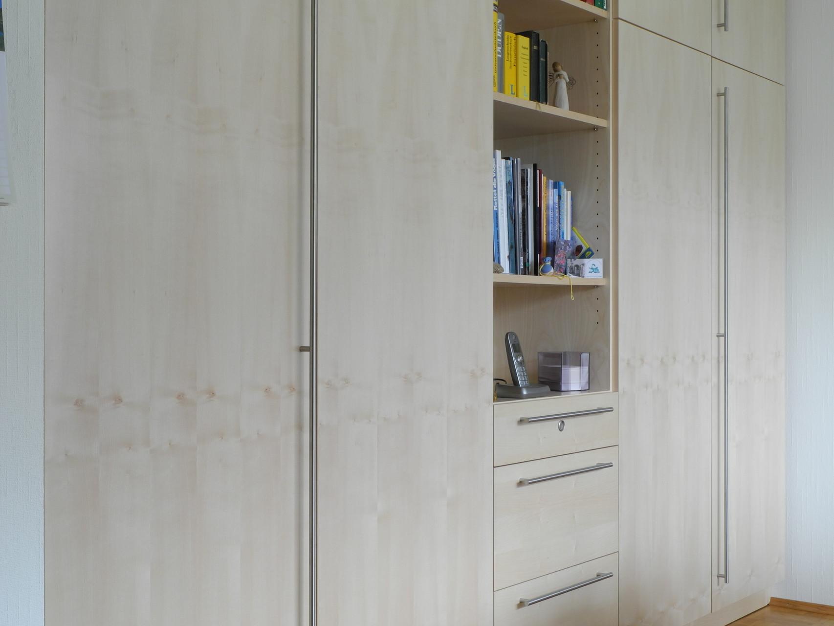 Rückseite der Auszugsschränke in Wanddurchbrüchen, Schrankwand in einem Esszimmer