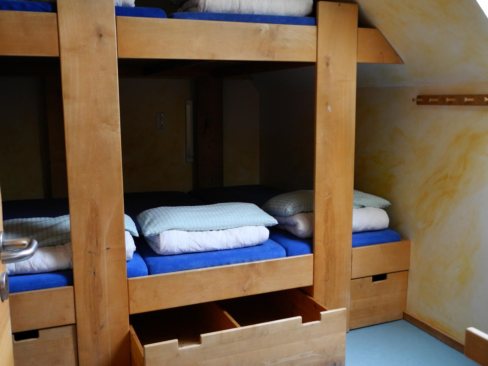 Einbau-Massivholz-Stockbett in einer Jugendbildungsstätte, seit über 15 Jahren in Benutzung