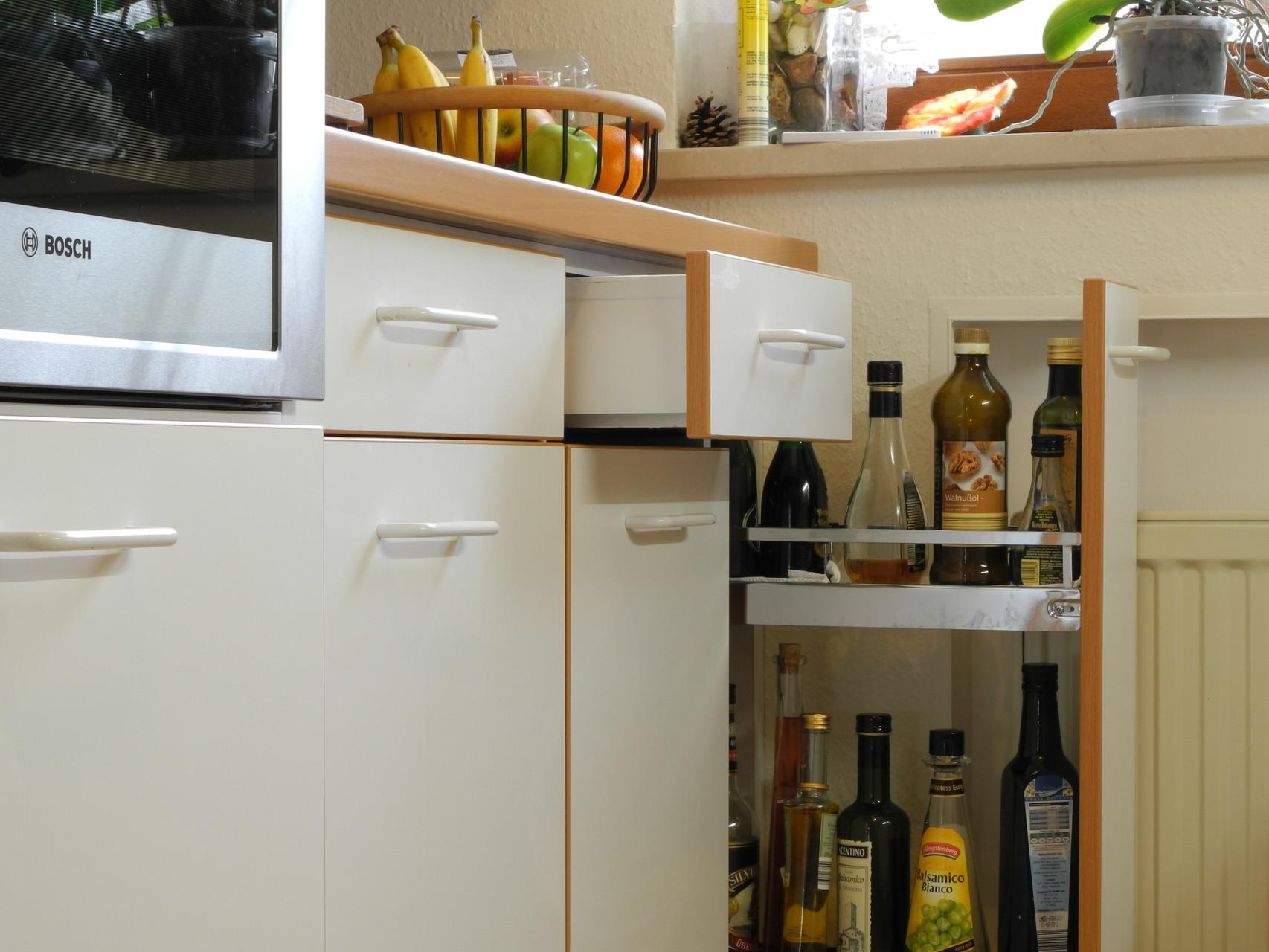 Auszüge / Schubladen unter Arbeitsplatte einer Küche