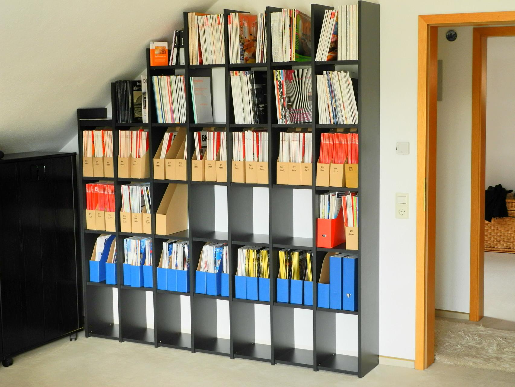 Zeitschriftenregal, in Besitz genommen