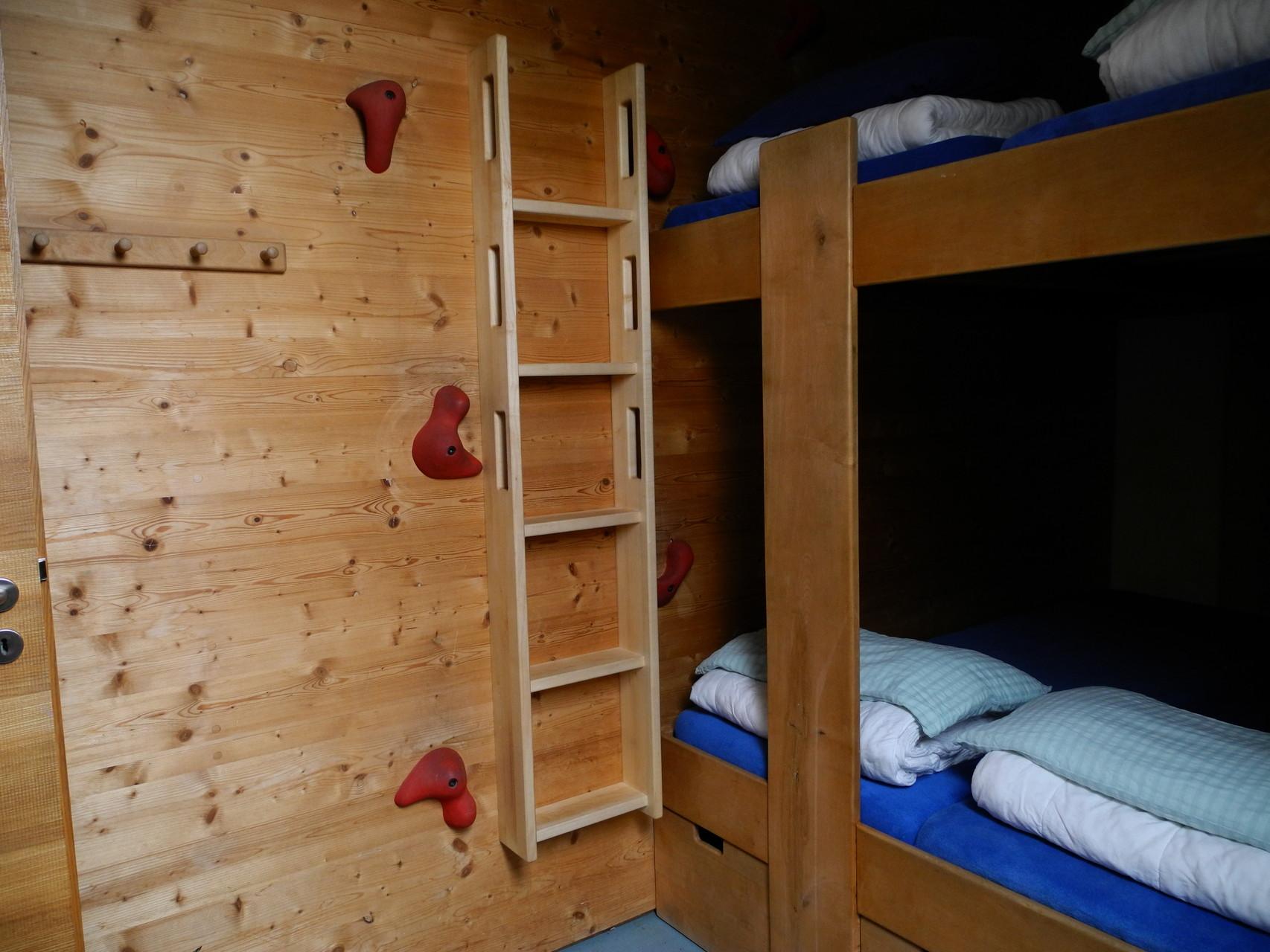 Trennwand in Massivholz mit Leiter für Stockbett in einer Jugendbildungsstätte