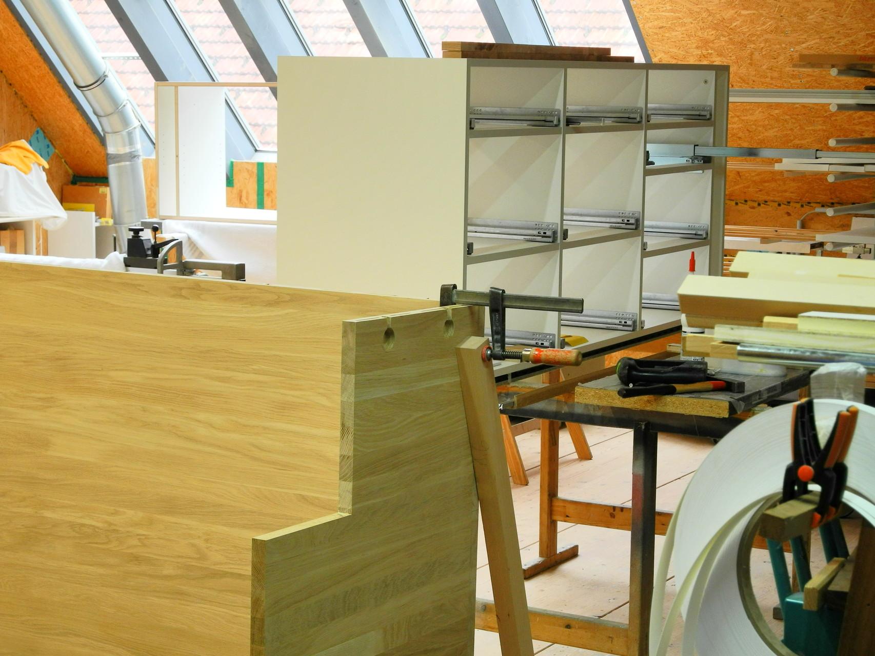 Zusammenbau von Rückwand und Unterschrank einer Küchenzeile