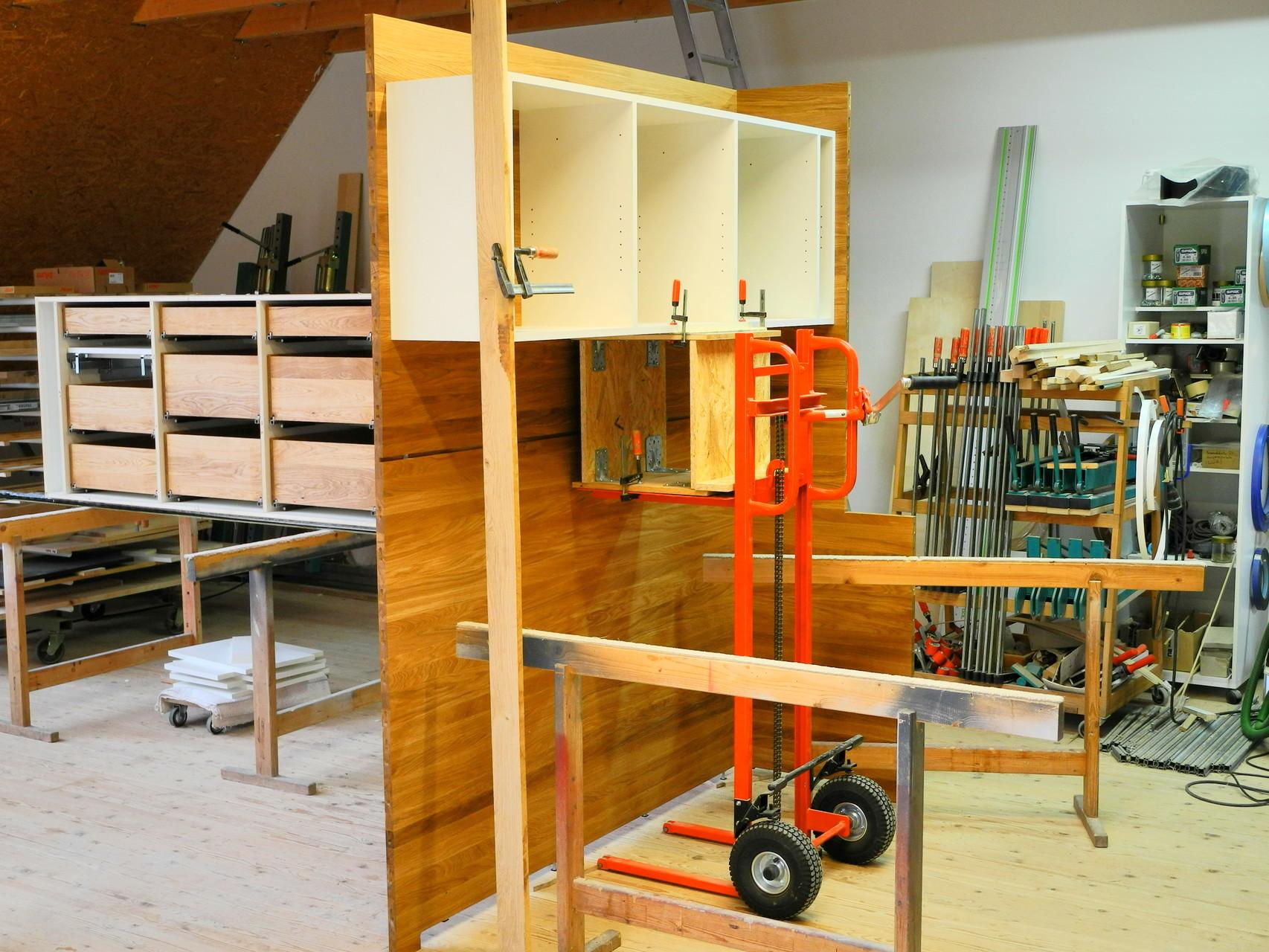 Probeaufbau in der Werkstatt, Hängeschrank an Massivholzrückwand