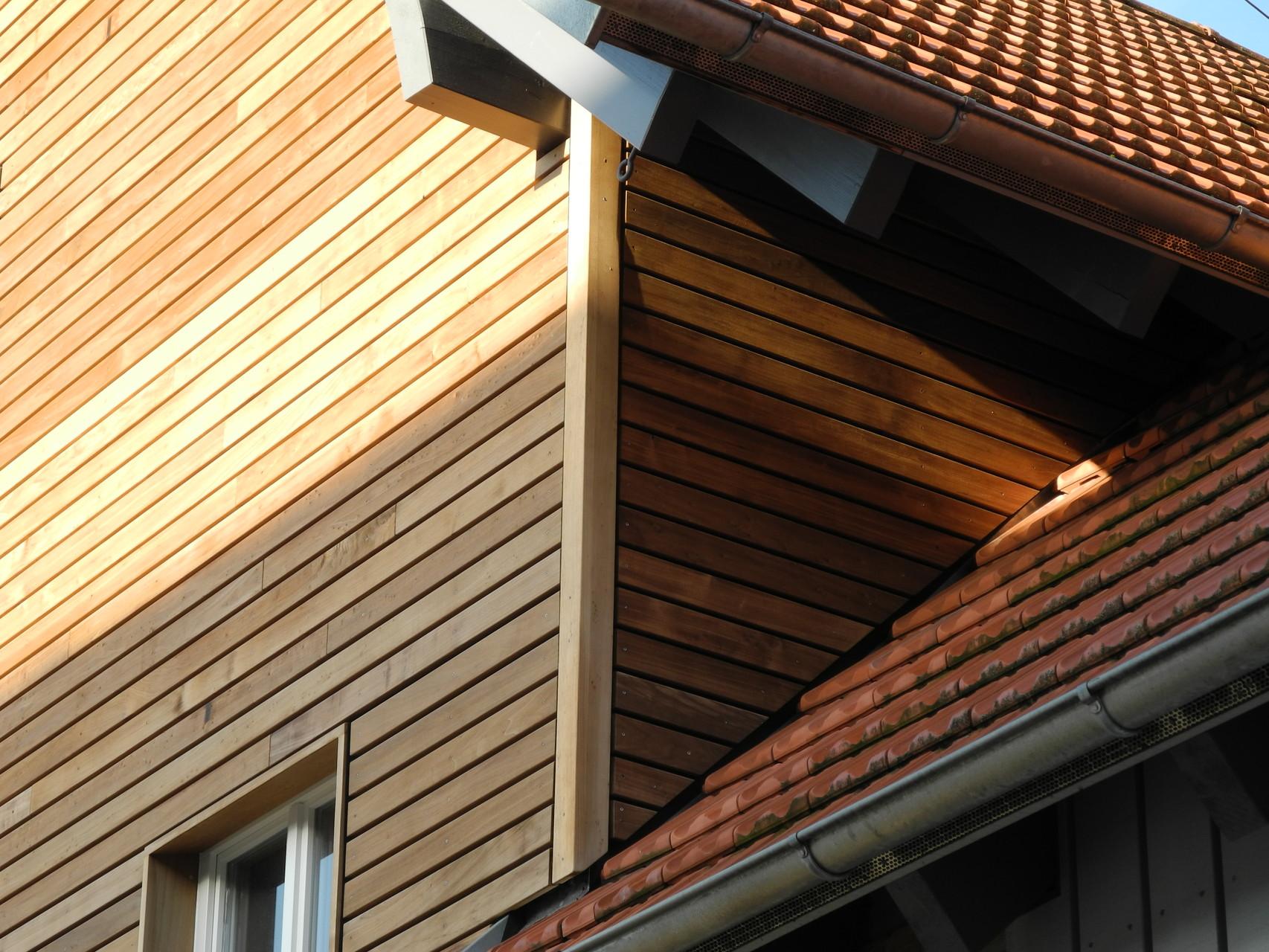 Lamellenfassade mit offenen Fugen auf Aussendämmung (Zelluloseflocken u. Holzfasermatten), unbehandelt