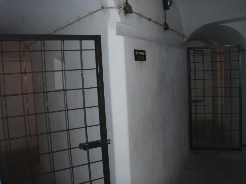 a sinistra, l'ingresso al posto medicazione (camera n° 4 piano interrato) - chiuso a cancello