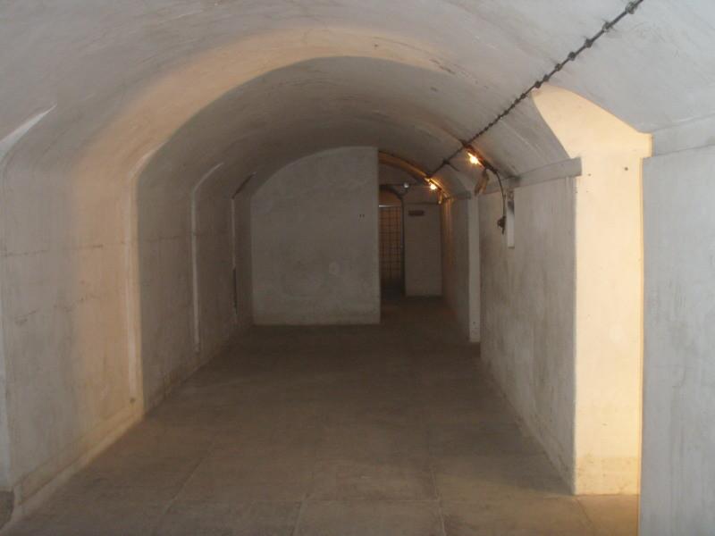 großer Schlafsaal ohne Belüftung - gut zu erkennen die Gewölbebauweise
