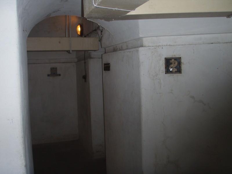 a destra, l'ingresso al posto di medicazione (camera n° 4 piano interrato) - stato originale
