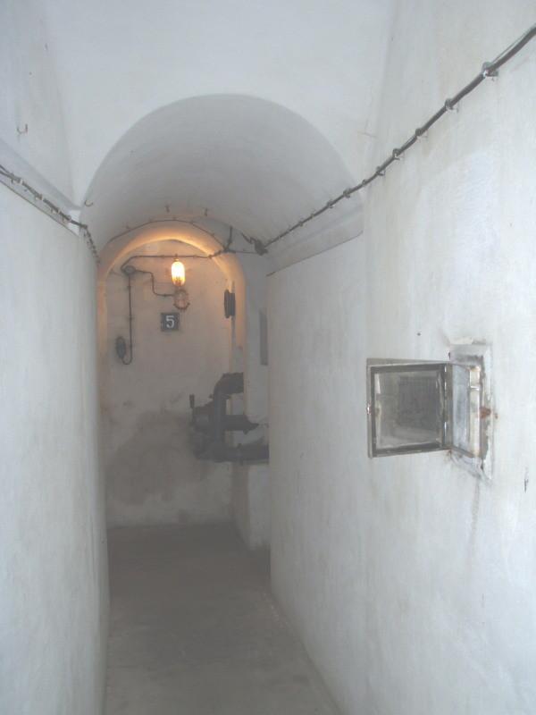 corridoio alla camera n° 5 - davanti a destra si vede l'apertura d'aerazione del piano sotterraneo