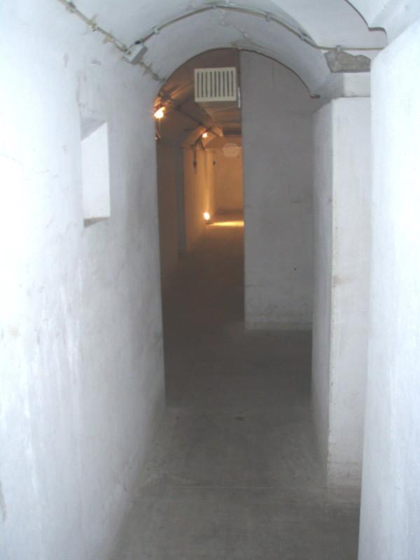 vista dalla camera n° 3 (sottoterra) in direzione dormitorio grande - stato originale