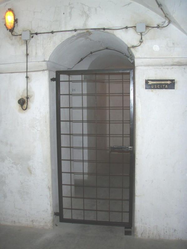 ingresso alle camere n° 2 e n° 3 - chiuso a cancello