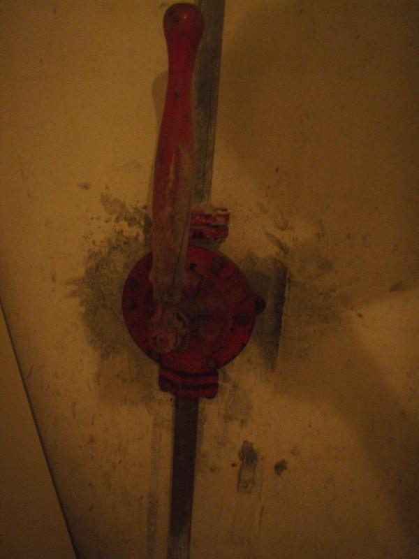 Wasserpumpe, funktionsfähig, fürht nach oben in die Toiletten des Erdgeschosses - Original