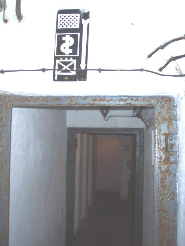 zweitürige Gasschleuse zum Untergeschoss, Medizinposten, Schlafsaal, Kommunikationszentrale und Kommando