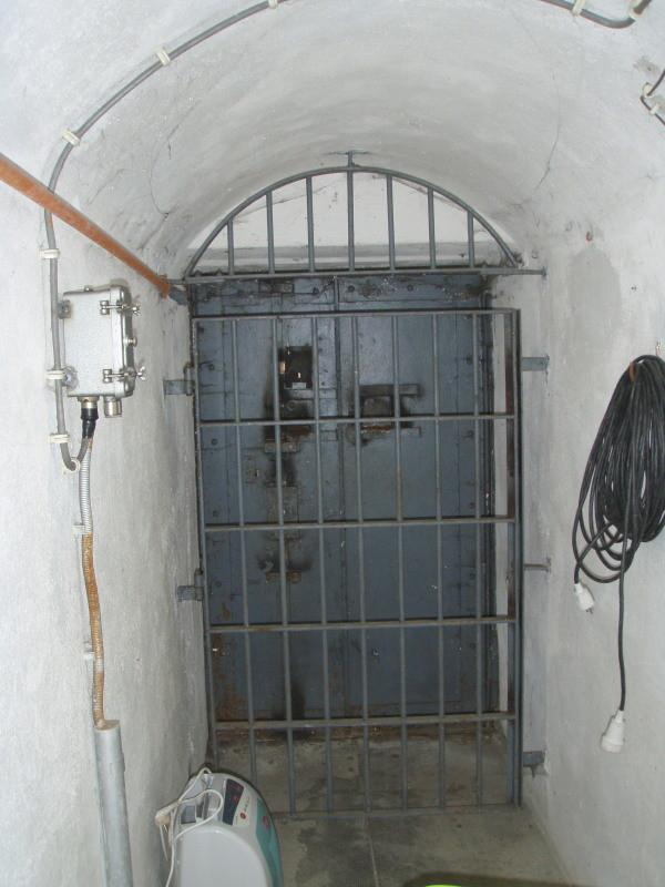 Eingang West von Innen mit Gittertür und Splitterschutztor