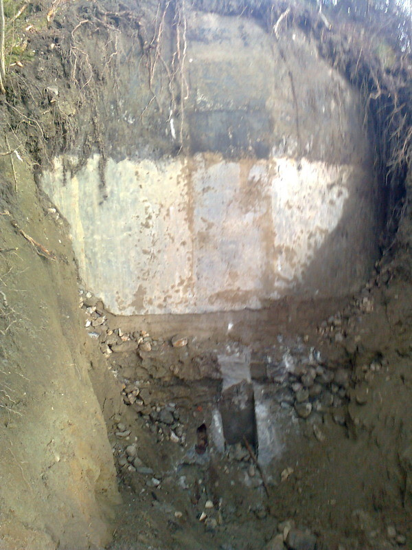 Sanierung der Sickergrube - gut zu erkennen der Teeranstrich und die Drainage
