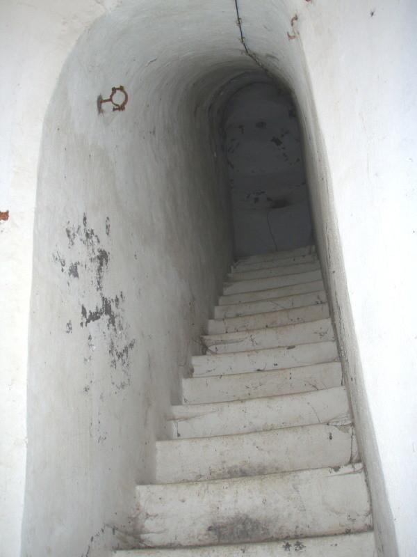 scala verso la caponniera con sostegni del tubo di scarica del generatore