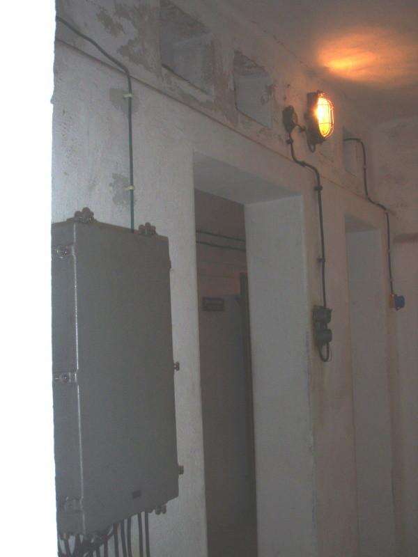 Blick vom Kommandoraum in den Kommunikationsraum