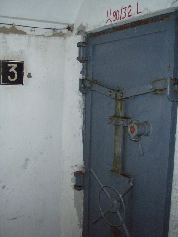 porta in acciaio della camera n° 3 (si vedono bene i dettagli di chiusura)