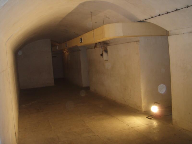 dormitorio grande con aerazione originale - a destra le strutture di fondazione