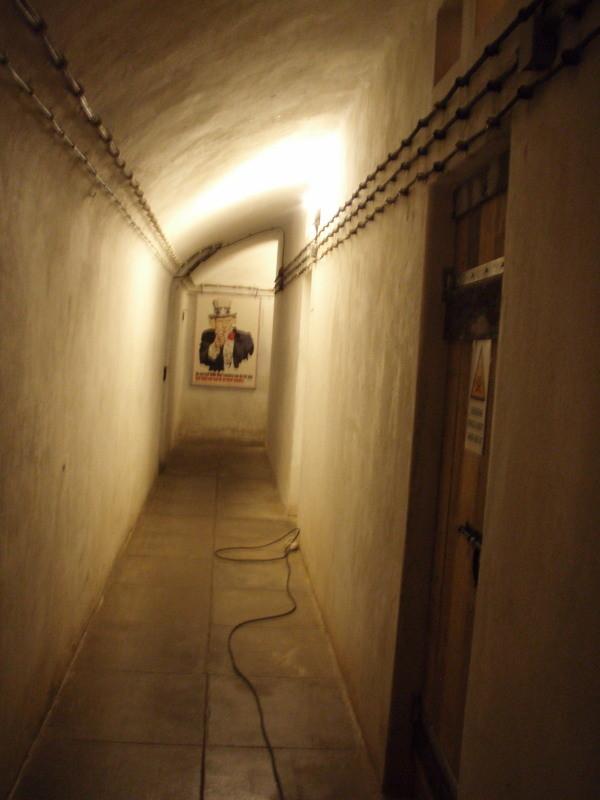 rechts zur Trinkwasserreserve, vorne links zur Kammer 1, vorne rechts in den Bunker