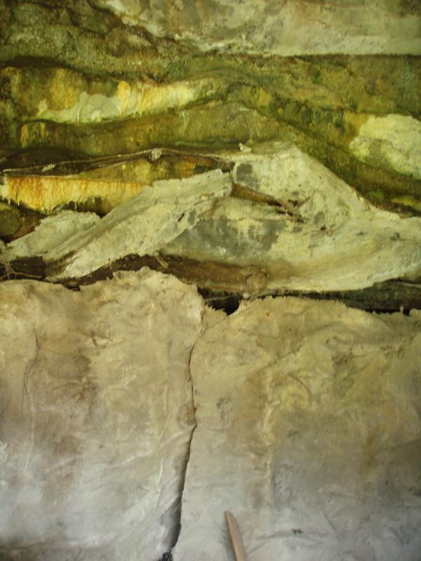 Fenster zur Kammer Nr. 4 mit geschlossener Tarnung