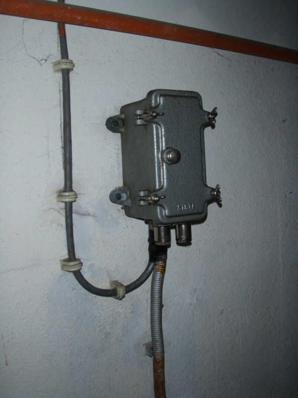 attacco sotterraneo corrente elettrica ovest - sopra il tubo per l'alimentazione dell'acqua nei contenitori
