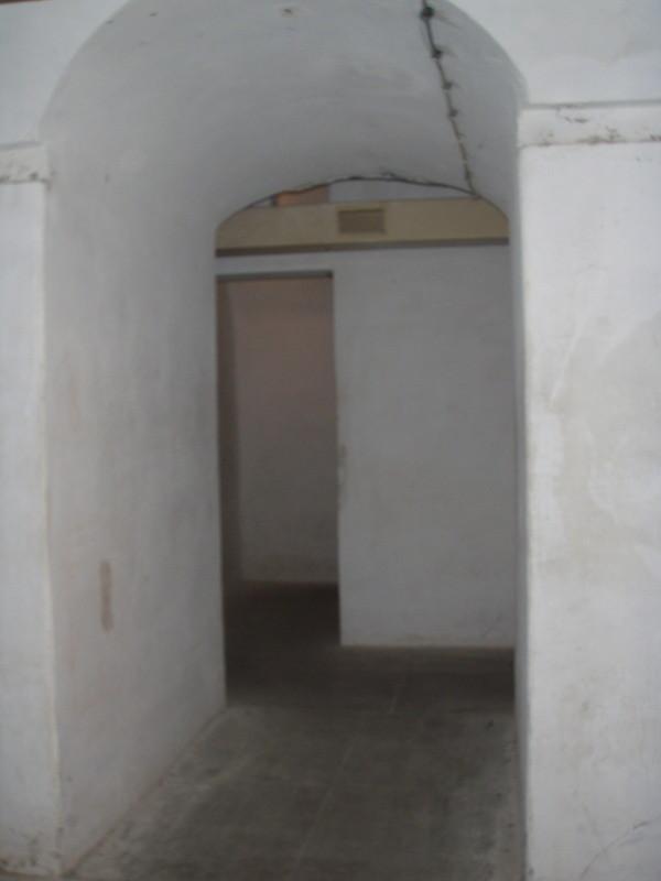 Blick vom Schlafsaal zu einem weiteren Raum (mit Originalbelüftung)