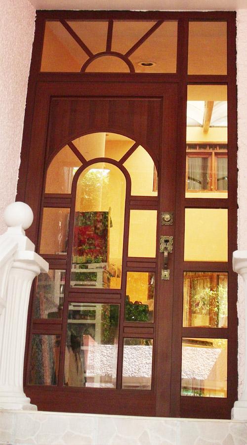 Puerta de Aluminio / línea española color nogal 2