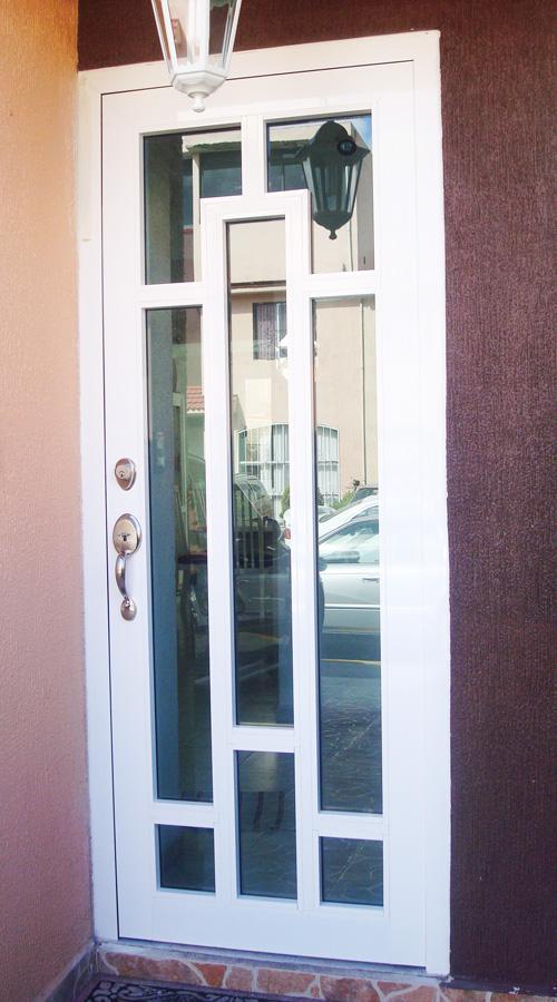 Puerta de Aluminio con diseño / línea española