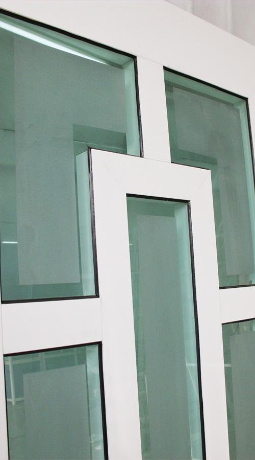 Detalle de Puerta de Aluminio con figura