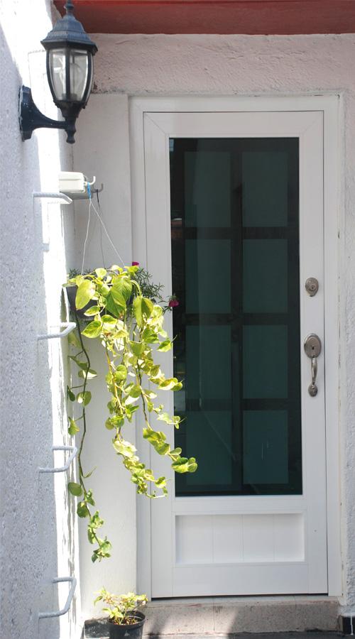 Puerta con película decorativa